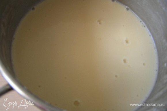 постепенно добавить муку, продолжая мешать венчиком. Влить масло и окончательно замесить блинное тесто.