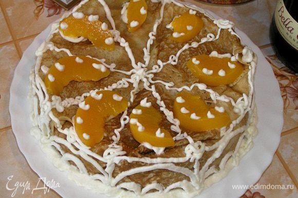 Выложить оставшийся крем, закрыть верх торта свисающими с краев формы блинчиками и убрать в холодильник до застывания. Украсить взбитыми сливками и порезанными на дольки персиками.