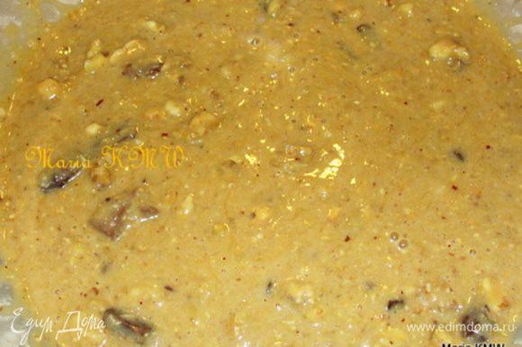 Шоколад и орехи порубить. Муку смешать с корицей, разрыхлителем, солью, шоколадом и орехами. Быстро соединить жидкую и сухую массы.