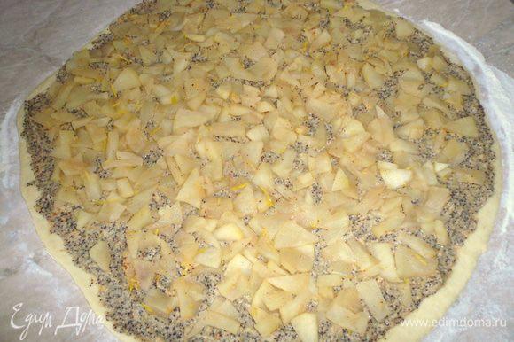 выложила сначала маковую массу,затем яблоки,свернула рулетом,нарезала примерно 1,5 см размером плюшки. Противень застелила пергементом, выложила плюшки,и поставила выпекаться в разогретую духовку 180гр, около 30 минут.