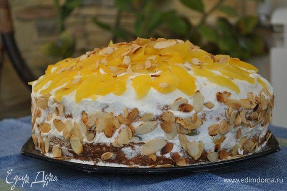 уложить порезанный ломтиками манго. Смазать манго подогретым джемом, посыпать торт миндальными лепестками.