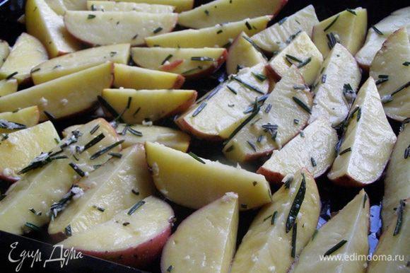 Дольки картофеля обваляем в маслянисто-розмариновой смеси. Масла достаточно! Все дольки смазаны и благоухают))) Выкладываем на лист в один слой