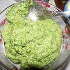 Для песто - измельчаем в ступке или в блендере кедровые орехи, чеснок, 30 г сыра, листья базилика. Постепенно добавляем оливковое масло, солим, перемешиваем.