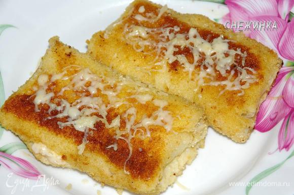 Сразу же, пока они горячие присыпаем натертым твердым сыром, чтобы он слегка подплавился.