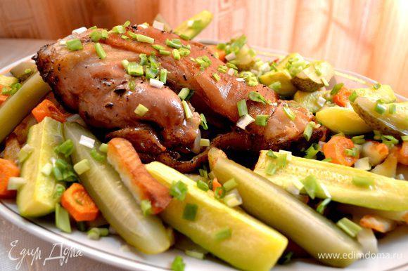 Рульку положила в кулинарный пакет и на противень при температуре от 180-200 на 2часа. Подала с жареной картошкой,запечёнными кабачками и морковкой,маринованными огурчиками,посыпать зелёным луком.