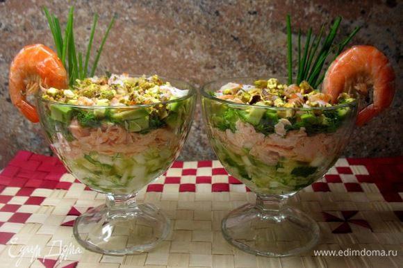 """Салат """"Пучина"""" На 2 порции: Лист салата,огурчика 4дольки,красная рыба 150гр.отварить(сёмга), 6шт.королевских креветок,укроп,петрушка,лук,подсолнечное масло,сок лимона,орешки фисташки. 1 слой:Режем соломкой лист салата,огурец,укроп... 2слой Отварная рыба,кусочками... 3слой Авокадо кубиками.. 4слой режем креветки ,по одной оставить на украшение... 5слой делаем соус :укроп,петрушка,масло подсолнечное,сок лимона,соль-всё растираем в ступке и поливаем наш салат.... 6слой посыпаем раскрошенными орешками фисташек... Украшаем край салатника креветкой."""