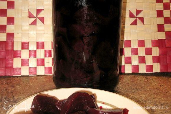 Очень хорошо нормализует микрофлору кишечника маринованная свекла. Для этого столовую свеклу промыть и сварить до готовности, очистить от кожи и нарезать небольшими ломтиками, сложить, в банку и залить охлажденным маринадом. Банку закрыть и хранить в прохладном месте. Маринад готовят следующим образом: на 1 кг свеклы потребуется 1 л воды, 2 стакана яблочного уксуса, 1 ч. л. соли, 1/2 ст. л. сахара, 10 горошин черного перца, 6 бутонов гвоздики, 2 лавровых листа. Маринад прокипятить и охладить. Принимать 1 раз в день перед едой как закуску. При дисбактериозе, атонии кишечника, гнилостных процессах в желудочно-кишечном тракте не обойтись и без чеснока. Надо съедать 1-3 дольки чеснока за ужином и запивать простоквашей. При дисбактериозе полезно пить свежий сок корней сельдерея. Достаточно принимать 1-2 ч. л. в день за 30 минут до еды. Я использовала этот рецепт.... только внесла свои вкусовые изменения немного.... В банке 2кг.свеклы.................я использовала 500мл.воды,2ст.яблочного уксуса,а остальное по списку.... вкуснятина получилась....)