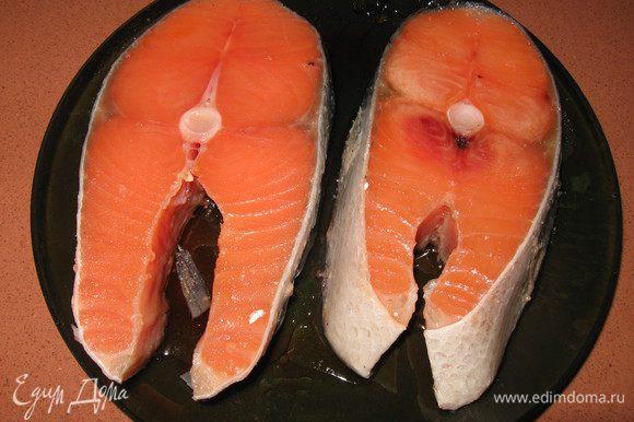 Филе лосося очистить от шкуры и костей порезать на кусочки, посолить