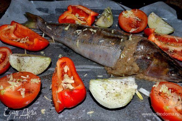 Наполняем голову и шкурку готовым фаршем,смазываем маслом и выкладываем на противень(я на пергамент),добавить порезанный помидор,лук,красн.болг.перец-посыпать солью,чёрным молотым перцем.