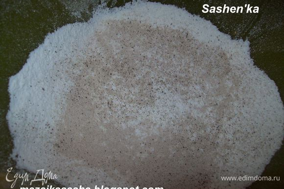 Муку просеять добавить соль, перец, дрожжи и яйца. Перемешиваем все это до однородной массы.