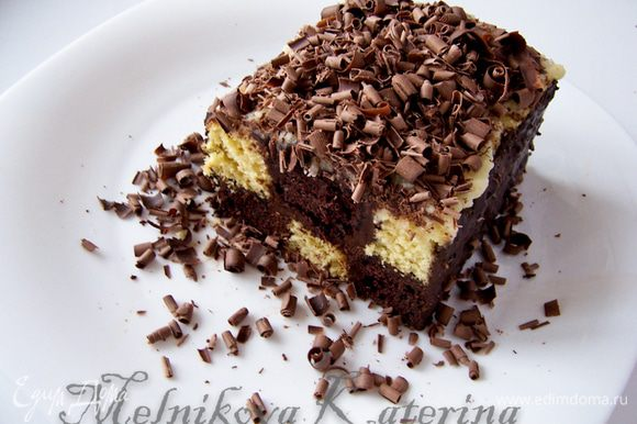 Плитку шоколада разогреть до комнатной температуры. При помощи ножа-овощечистки сделать стружку и посыпать пирог.