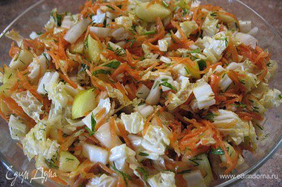 Салат:морковь на тёрке,яблоко кубиками,листья салата,зелень,масло под.,уксус ябл.,соль,чуть песка