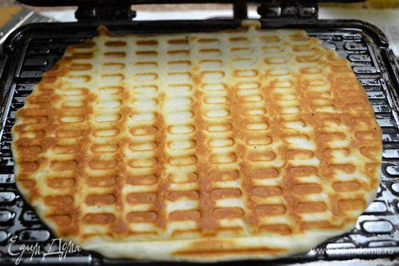 Нагреваем вафельницу и выпекаем вафли ...ложка на 1шт.