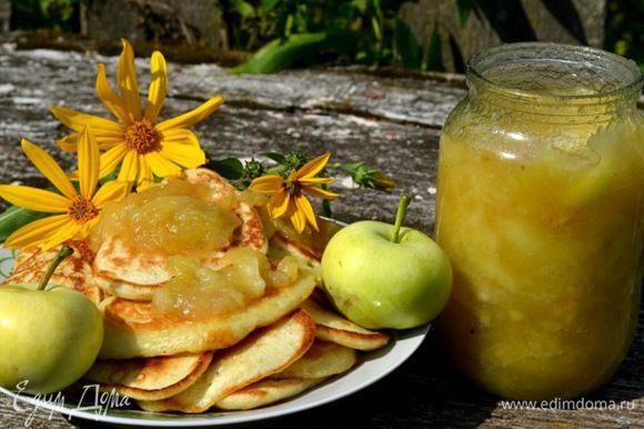 Эти яблоки сладкие,ароматные... Нарезала на дольки яблоки 1кг. и 400гр.сах.песка...засыпала и дала постоять мин.5-10...чтоб сок дали...поставила на огонь и поварила 5мин.переложила в банку и готово!!! Если кислые яблоки то 1кг.яблок и 1кг.песка...можно добавлять на ваш вкус лимонную кислоту или корицу....варить подольше крепкие яблоки....
