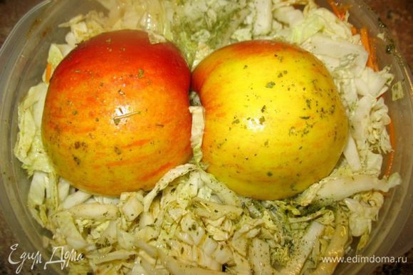 на морковку соломкой корейскую капусту..и яблоко... посыпать зеленью... Ставлю в микроволновку ещё на 5мин.