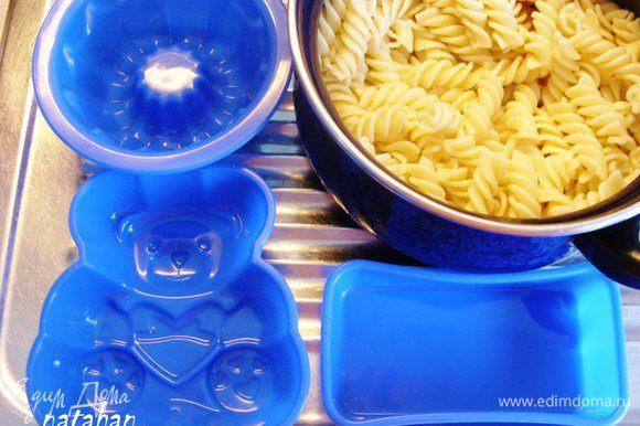 Приготовить силиконовые формочки для запекания и отварные макароны (у меня сегодня запланированы на ужин макарошки-спиральки с индюшатиной).