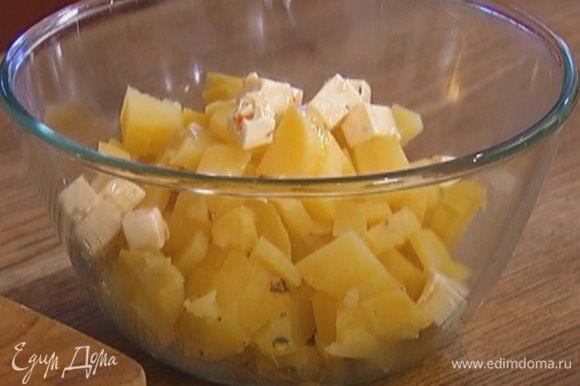 Смешать картофель с фетой, укропом, щепоткой соли и черного перца.