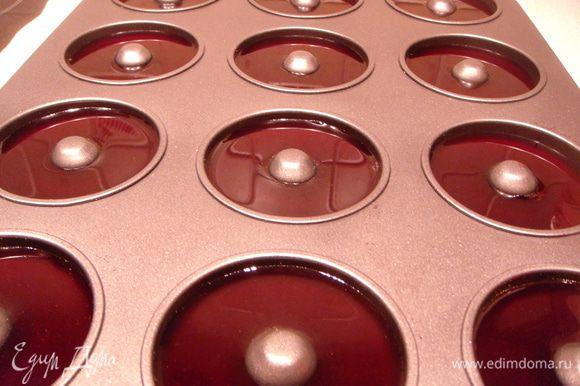 Желатин замочить в воде. Смородиновое варенье развести водой до нужной консистенции. Прогреть на огне. Процедить. Добавить желатин и залить в форму для печенья. Убрать в холодильник на 2-3 часа.