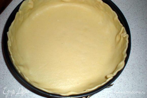 Тесто раскатать по размеру формы с учетом бортиков.Уберём пока в холодильник.Приступаем к начинки.Картофель почистить и отварить до готовности.Остудить и натереть на крупной терке.