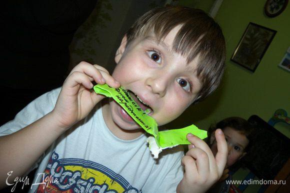 """Кстати, идея с эклерами в торте не новая. Она часто используется. Кто помнит """"Профитроль торт"""" от Людмилы? Можно так же использовать ягоды, будет ярче. Шоколад... Белковый крем... Орехи... и т.д. :-) Смачного!!!!!!!!!!"""