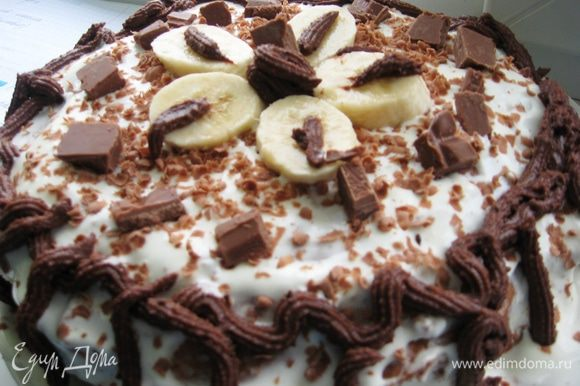 На верхнюю часть бисквита выкладываем сметанный крем. Разравниваем поверхность, покрываем бока торта кремом. Украшаем шоколадной стружкой, бананами и шоколадным кремом. Даем настоятся 4-6 часов. Bon Appétit!!!:)