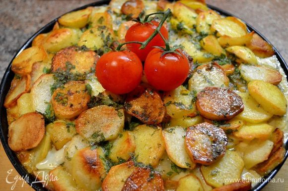 6й слой обжаренный лук с морковкой 7й слой картошка Затем всё заливаем приготовленным яичной заправкой. Для этого в сливки добавляем яйца,соль,чёрный перец,крошим мелко зелень,всё взбиваем. Ставим в духовку на 180-200гр.мин. на 25. Готовое блюдо можно подать прям в форме....или как я...)