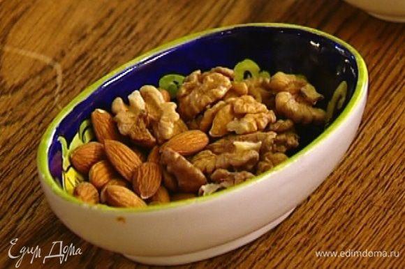Приготовить ореховую смесь: льняное семя растереть в ступке, добавить корицу, миндаль, грецкие орехи, семечки и все вместе растолочь.