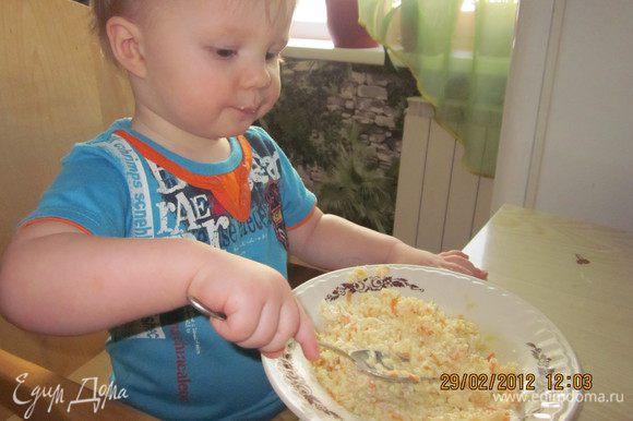 Перемешать капусту и омлет и на 3-4 мин в СВЧ!!! На готовый омлет выложить сметану,а потом и перемешать!! На фото доказательство того, что уплетал сынок за обе щеки!!!