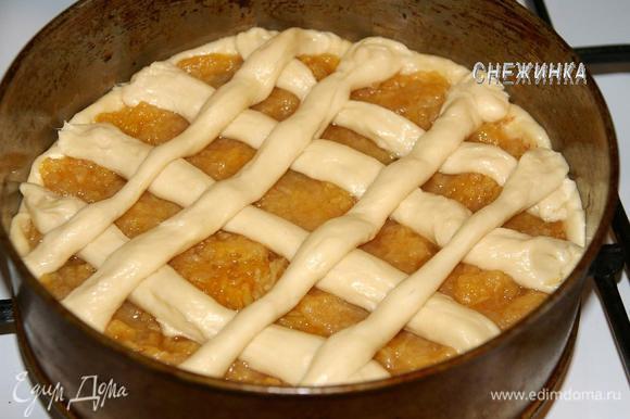 Из теста делаем поверх пирога решетку. Духовку разогреваем. Даем пирогу расстояться 20 минут.