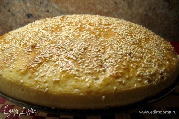 Затем форму для выпекания хлеба смазать маслом,присыпать ржаной мукой(любой),вывалить туда тесто(оно будет тягучее,и похоже на желе)