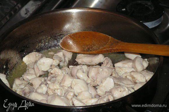 На раст масле обжарить филе, чуть посолив и выложить из сковородки