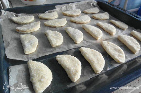 Печенье выложить на птотивень и выпекать 20 минут.