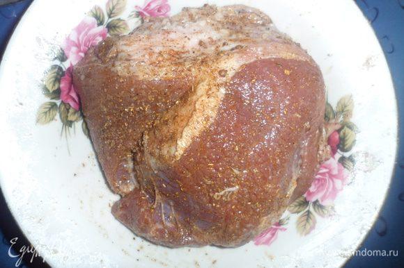 Мясо моем, натираем солью и специями и оставляем мариновать на 20-30 минут.