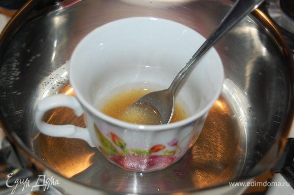 Приготовим крем. Желатин залить водой (совсем немного воды) и распустить на водяной бане...