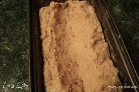 Форму для выпечки смазать растительным маслом, обсыпать панировочными сухарями. Выложить до половины подготовленный фарш. По центру формы ложкой сделать конические углубление.