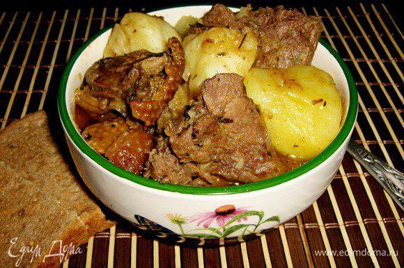 Как только мясо начнёт отделяться от костей,утка готова,попробовать на соль,если нужно до солить.На гарнир отварить рис или картофель.В порционную тарелку положить картофель(или рис),сверху выложить куски утки с соусом.Приятного аппетита!
