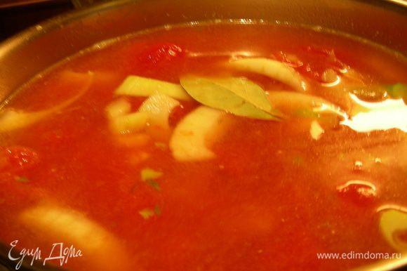Добавляем картофель, воду или бульон, томатный сок/томаты в собственном соку, лавровый лист, щепотку соли. Готовим минут 25-30 до мягкости овощей.Достаем лавровый лист.С помощью блендера превращаем суп в пюре.