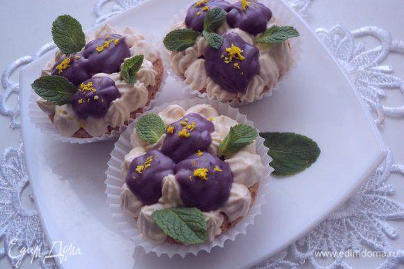 Творожный крем переложить в кондитерский шприц или мешок с насадкой и выложить на ореховое безе. Сверху также отсадить цветочки из ягодно-шоколадного крема. Украсить листиками мяты, серединки цветочков посыпать кокосовой стружкой желтого цвета.