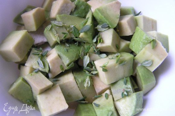 Авокадо нарезать кубиками, добавить сок лайма, перемешать, оборвать листики с веточки тимьяна, добавить к авокадо.