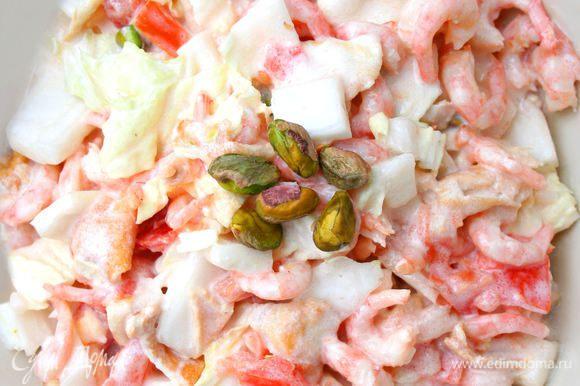 Заправляем салат йогуртом, посыпаем базиликом и, если нужно, добавляем соль. Приятного аппетита :)