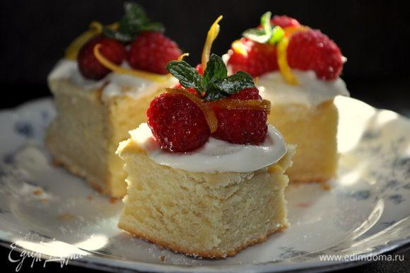 Каждый кусочек смазать ложкой глазурь.В небольшой тарелке белок слегка взбить с водой.Используя кисточку смазать каждую ягоду, цитрус.стружку этой смесью, обсыпать сахаром. Дать слегка высохнуть на пергамент.бумаге. И затем украсить торт готовыми сах. ягодами и мятой.