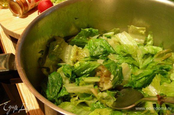 В кастрюле разогреваем масло, добавляем туда лук, салат и мяту и готовим на небольшом огне минут 10. Смесь сильно уварится.