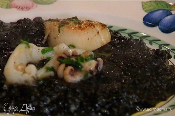 Подавать рис с гребешками и кальмарами.