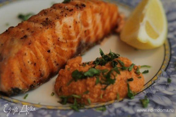 Готовую рыбу посыпать кинзой, подавать с соусом ромеско.