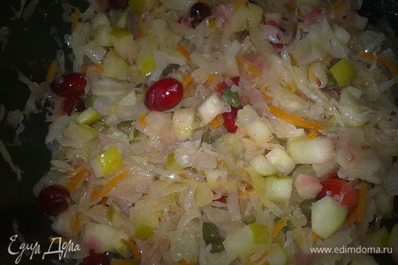 На сковороде с оливковым маслом тушим немного капусту с яблоком, в конце добавляем клюкву и каперсы