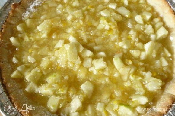 Достаем форму из духовки,подпыляем крахмалом через ситечко и выкладываем начинку.