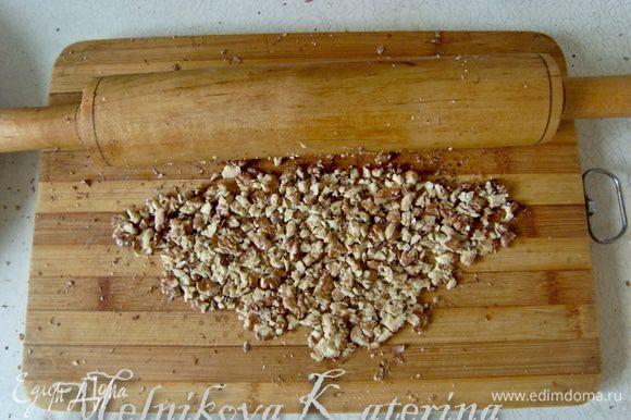 Измельчить не слишком мелко орехи (я использовала скалку)