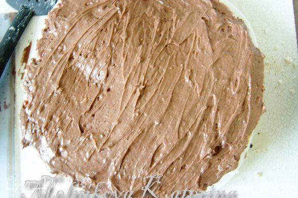 Смазать корж-безе кремом, сверху положить шоколадный корж.