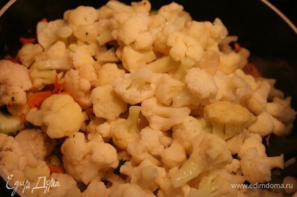 Добавляем кубики сельдерея, он в данном случае будет заменять картофель. Можно добавить еще немного соли. Через 5 минут добавляем цветную капусту. Посыпаем базиликом, орегано, еще немного соли. Все овощи солятся равномерно, поэтому лучше добавлять по чуть-чуть. Тушим под закрытой крышкой. На последнем этапе добавляем зеленый горошек за 5 минут до готовности.