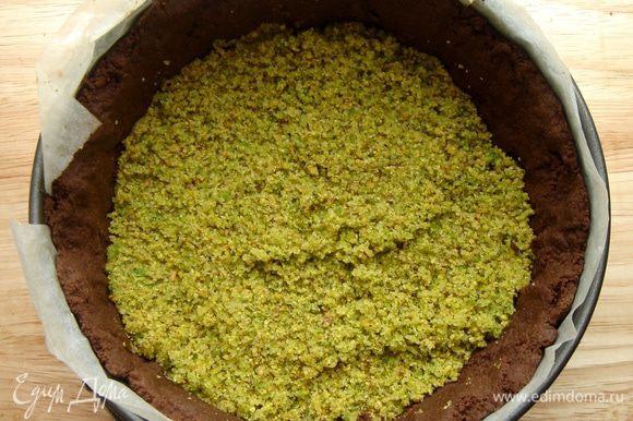 Очищенные от скорлупы и шкурки(залить кипятком на 10 минут,снять шкурку,подсушить,но не зажаривать)фисташки размолоть в блендере с сахаром и солью.Выложить фисташковую начинку на чуть охлаждённую основу.Хорошо утрамбовать дном стакана!Если не сделать этого,то шоколадная масса может просочиться сквозь орехи.